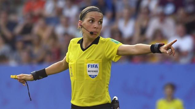 Elle rend une décision pendant un match des quarts de finale du Mondial féminin de 2019.