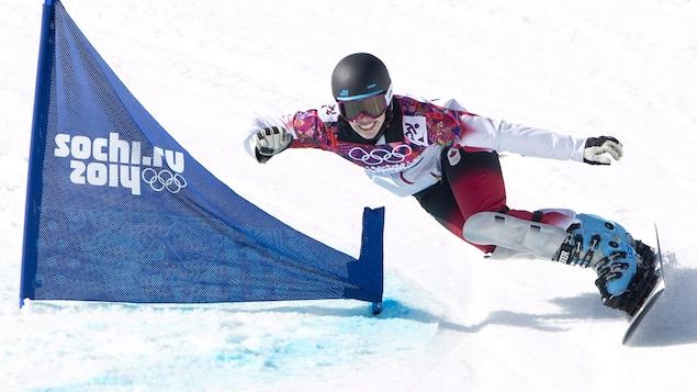 Caroline Calvé contourne une porte lors d'une descente pendant les Jeux de Sotchi.