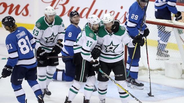 Les joueurs des Stars célèbrent un but marqué contre les Jets.