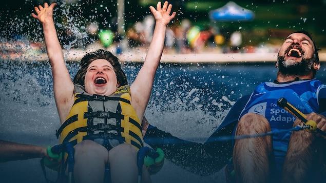 Une jeune fille lève les bras au ciel et riant, tout comme Steve Charbonneau, en faisant une activité nautique.