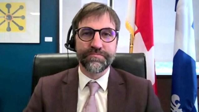 Steven Guilbeault, ministre du Patrimoine canadien, de face, regarde droit devant lui pendant une entrevue à Radio-Canada.