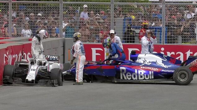 Lance Stroll et Brendon Hartley sortent de leurs voitures après leur accrochage au premier tour du Grand Prix du Canada de 2018.