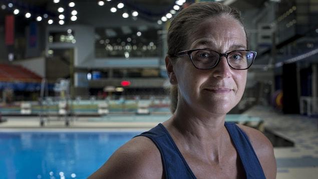 Sylvie Fréchette pose devant une piscine olympique.