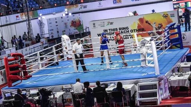 La Canadienne Tammara Thibeault, en rouge, dans le ring contre la Néo-Zélandaise Chei Kenneally, en bleu.