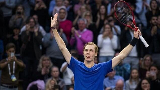 Denis Shapovalov, les bras au ciel, en signe de victoire