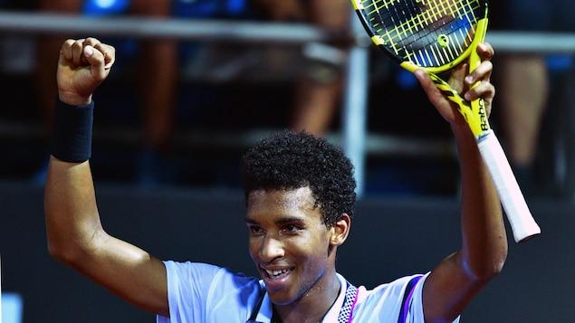 Félix Auger-Aliassime célèbre sa victoire contre Fabio Fognini au tournoi de Rio.