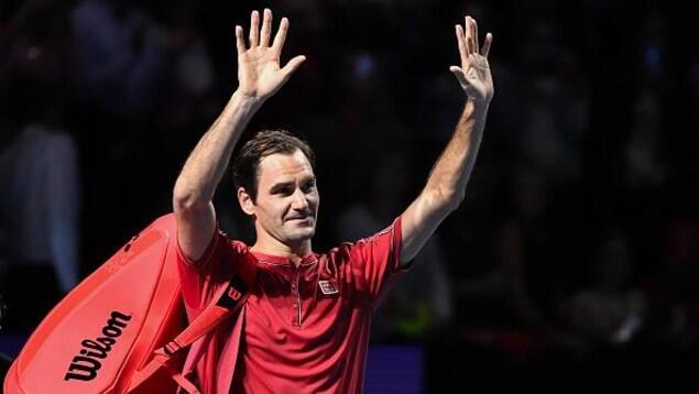 Roger Federer salue la foule en quittant le court