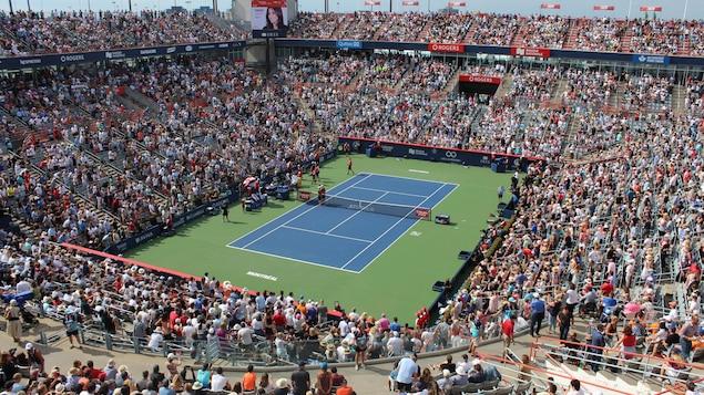 Vue d'ensemble d'un stade tennis  rempli.