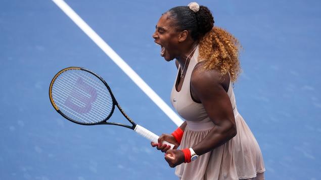 Elle serre les poings après avoir gagné son match.
