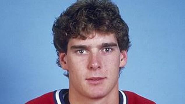 Un joueur de hockey avec son chandail rouge