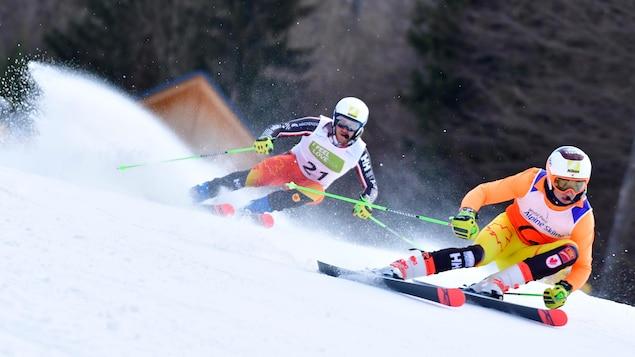 Le skieur handisport Mac Marcoux effectue une descente avec son guide Tristan Rodgers.