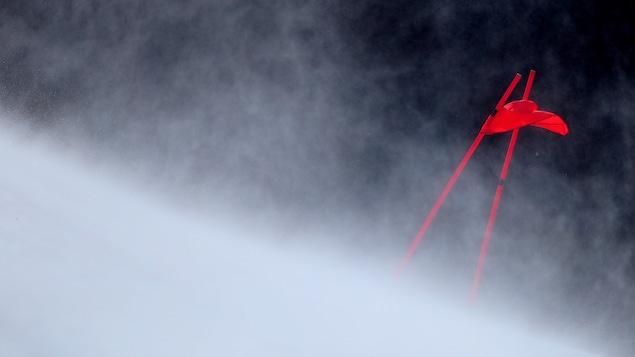Le vent souffle sur une piste de ski.