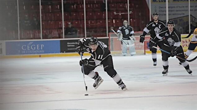 Vitali Abramov patinant avec la rondelle