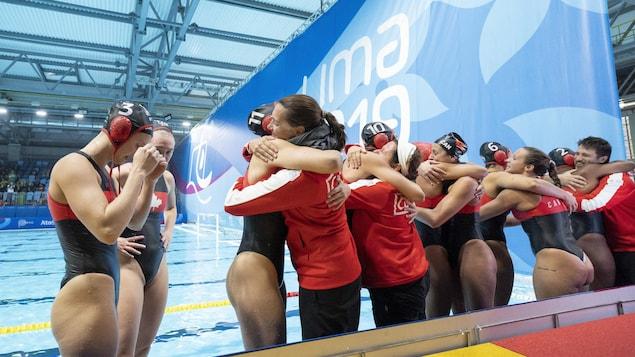 Les joueuses se félicitent sur le bord de la piscine.