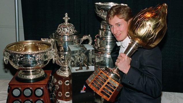 Wayne Gretzky en 1987 avec ses cinq trophées (Art Ross, Campbell, Pearson, Coupe Stanley et Hart)