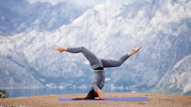 Une femme fait du yoga