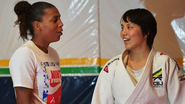 La Japonaise Yuko Fujii discute avec la championne olympique Rafaela Silva.