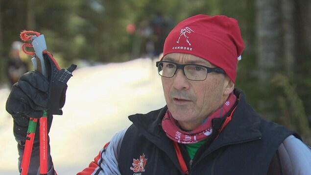 Yves Bourque pendant une entrevue aux abords d'une piste de ski de fond.