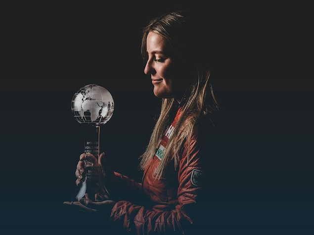 La skieuse paralympique Frédérique Turgeon tient son globe de cristal.