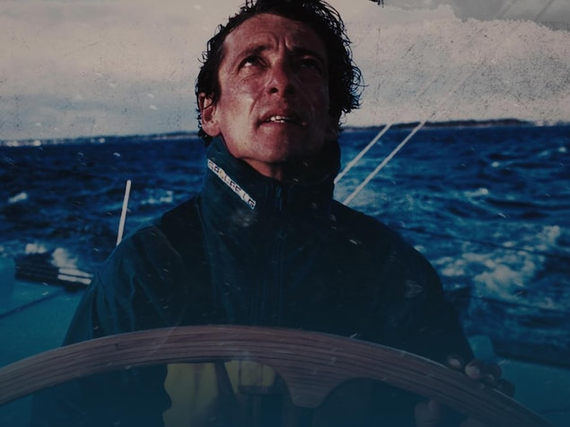 Le navigateur, qui se trouve sur son bateau, regarde vers le ciel.