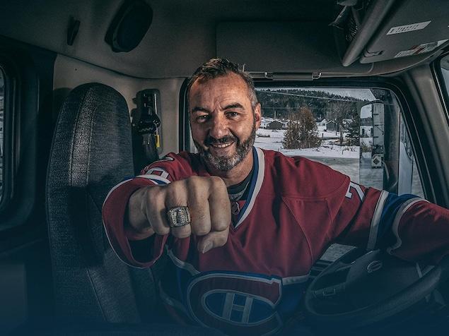 Assis dans la cabine de son camion, Jesse Bélanger sourit en montrant sa bague de la Coupe Stanley.