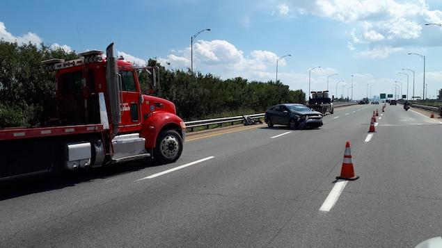 Une voiture accidentée sur l'autoroute Dufferin-Montmorency