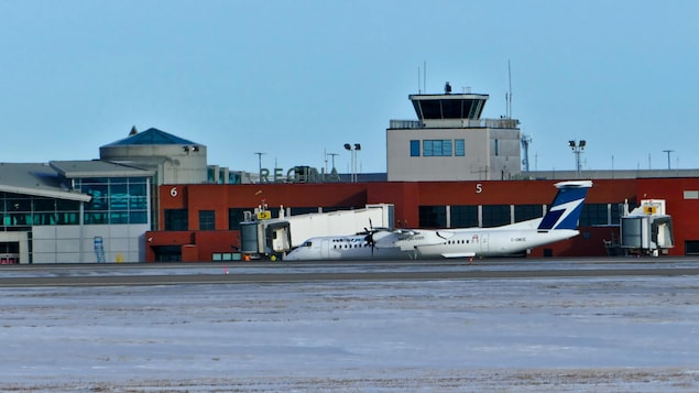 Un avion est stationné à l'aéroport international de Regina.