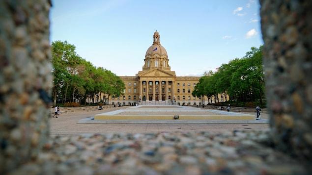 L'édifice de la l'Assemblée législative albertaine vu d'un parc.