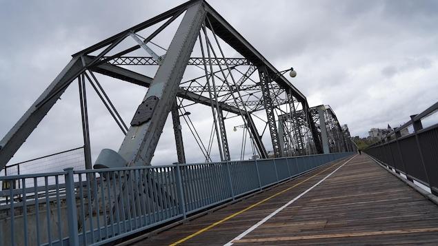 Un piéton au loin sur la voie du pont Alexandra dédié aux cyclistes.