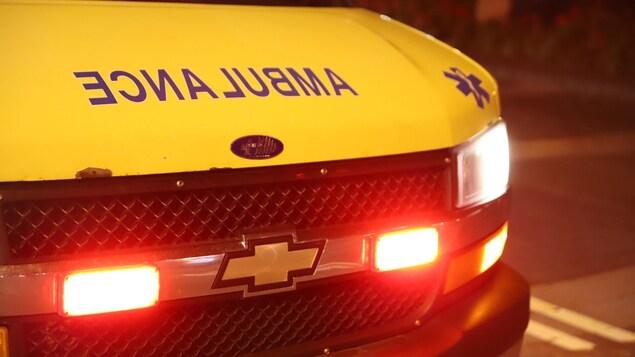 Une ambulance aux feux allumés.