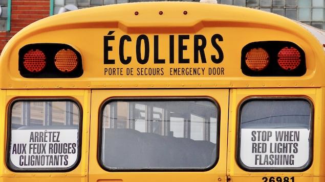 Face arrière d'un autobus scolaire.