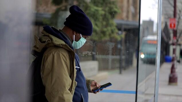L'homme porte un masque chirurgical.