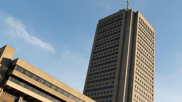 Un édifice gouvernemental de plusieurs étages.