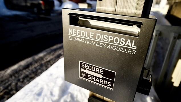 Une boîte communautaire de récupération des seringues et des aiguilles usagées.
