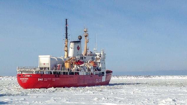 Brise-glace moyen destiné aux missions scientifiques l'été dans l'Arctique.