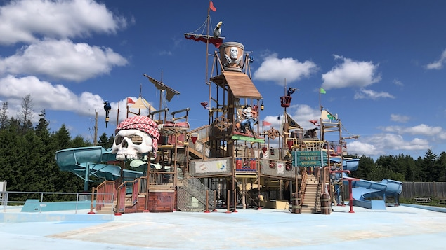 Installation sous la thématique des pirates au parc aquatique Calypso.