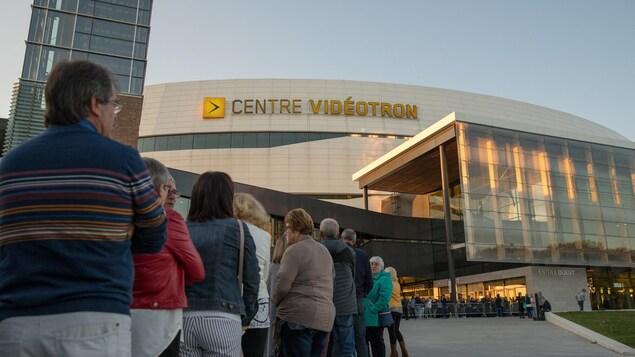 La file était longue pour entrer au Centre Vidéotron.