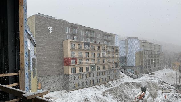 Le Club Med Québec Charlevoix en construction, vu de l'intérieur du bâtiment principal