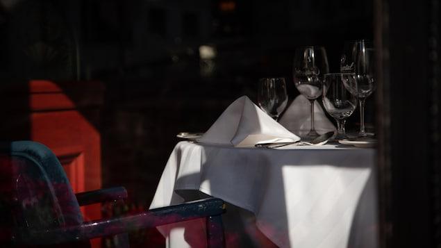Une salle à manger de restaurant vide.