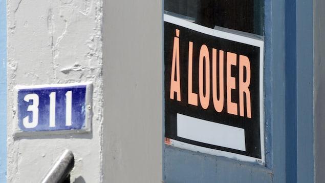 Une pancarte à louer dans une porte.