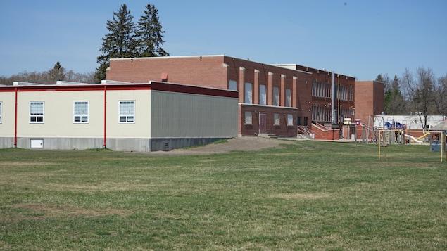 L'extérieur du Pavillon Monique-Rousseau de l'École canadienne-française de Saskatoon.