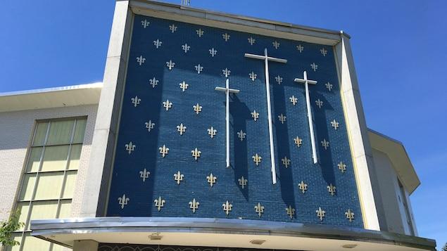 Trois croix surplombent l'entrée principale de l'église.