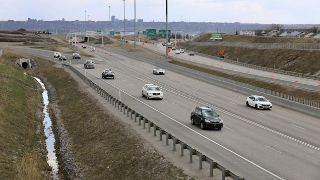 Des véhicules sur l'autoroute.