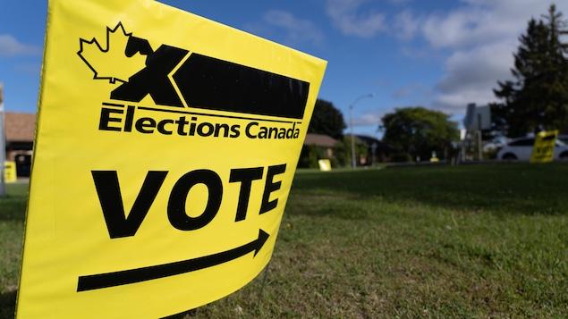 Affiche jaune d'Élections Canada qui indique où se trouve le bureau de vote.