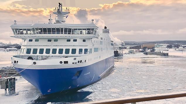 Un navire amarré entouré d'une mince couche de glace.