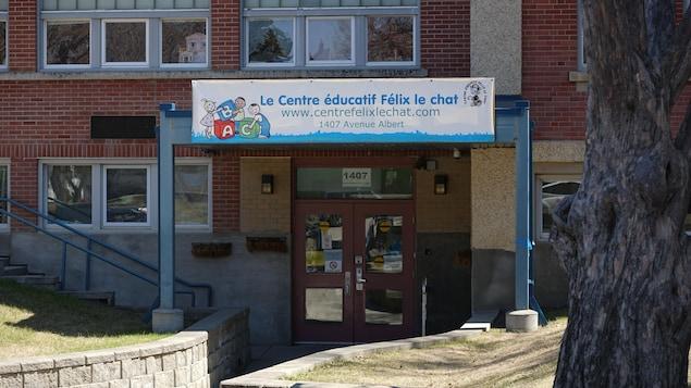 Un plan serré de l'entrée du Centre éducatif Félix le chat à Saskatoon en été.