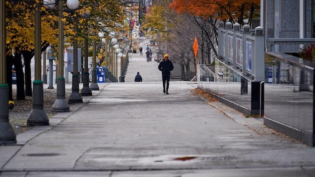 Un piéton marche au centre-ville.