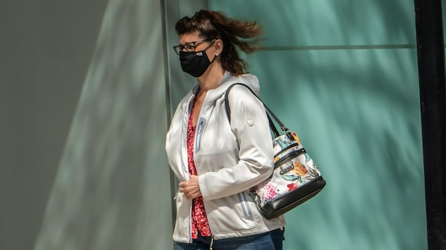 Une femme marche à l'extérieur.