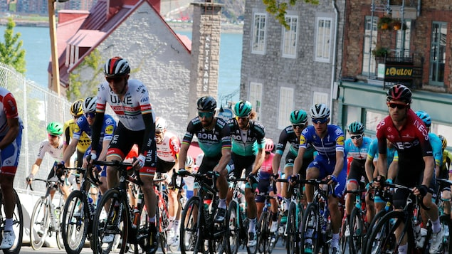 Des cyclistes montent une côte du Vieux-Québec