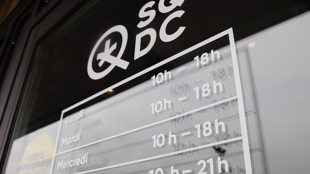 Une affiche avec les heures d'ouverture de la SQDC